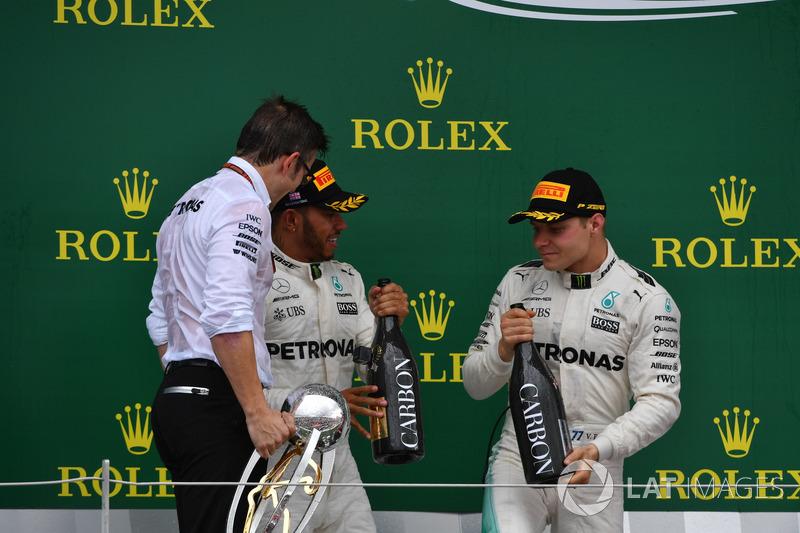 Peter Bonnington, Mercedes AMG F1 Race Engineer, Lewis Hamilton, Mercedes AMG F1 y Valtteri Bottas,