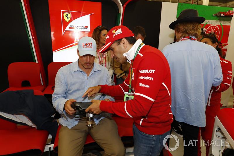 Marc Gene explica al actor Woody Harrelson las funciones de un volante de Ferrari, mientras  Owen Wilson habla con un miembro del equipo Ferrari