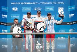 Podio: ganador Yann Ehrlacher, RC Motorsport, segundo lugar Esteban Guerrieri, Campos Racing, tercer lugar Mehdi Bennani, Sébastien Loeb Racing