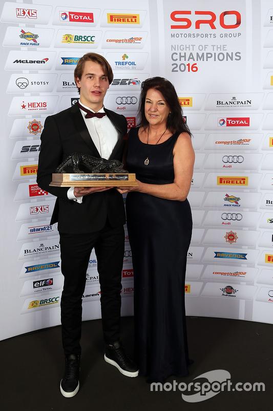 Ganador del trofeo Sean Edwards: Jules Szymkowiak con Daphne McKinley Edwards, Presidente y fundado