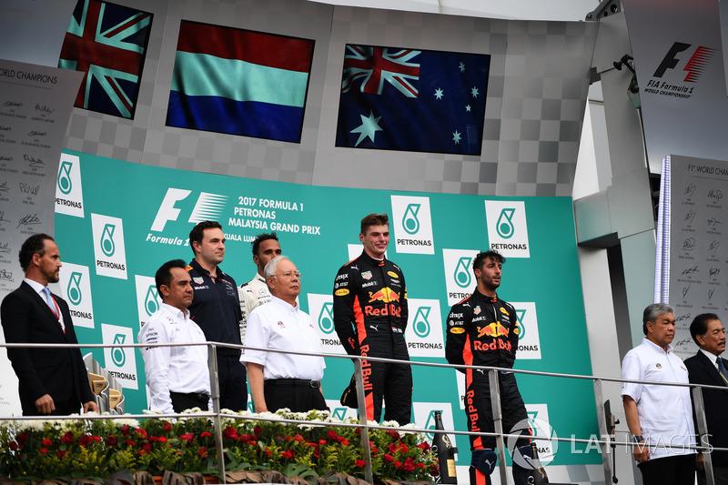 Льюіс Хемілтон, Mercedes AMG F1, Макс Ферстаппен, Red Bull Racing, та Даніель Ріккардо, Red Bull Racing, святкують на подіумі