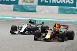 Max Verstappen, Red Bull Racing RB13, passe Lewis Hamilton, Mercedes AMG F1 W08 pour la tête