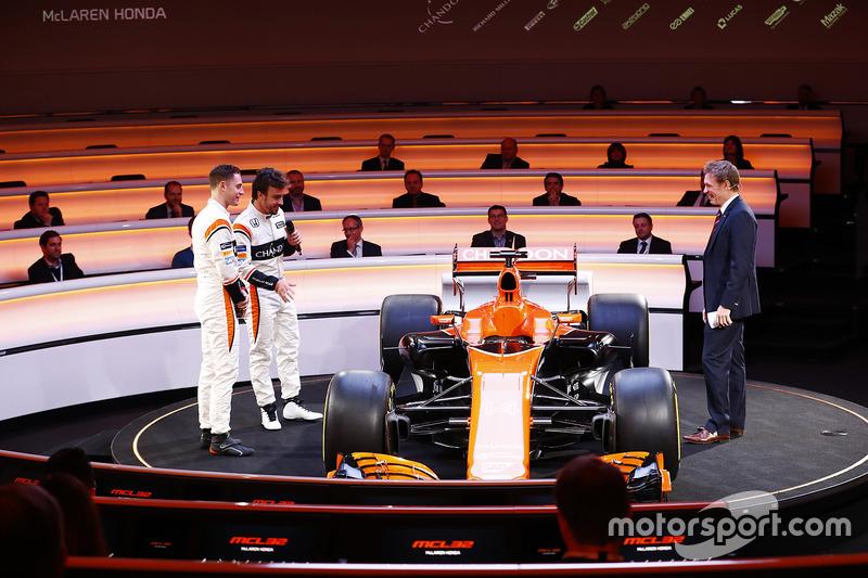 Fernando Alonso, McLaren, Stoffel Vandoorne, McLaren, sunucu Simon Lazenby McLaren MCL32