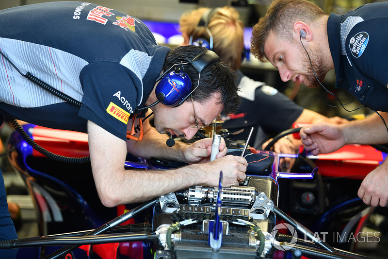 Mechaniker am Toro Rosso STR12