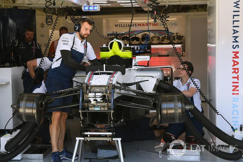 Williams Феліпе Масси, Williams FW40, яким керує Пол ді Реста, Williams