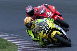 Valentino Rossi, Honda; Max Biaggi, Yamaha