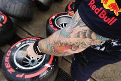 Un mecánico de Red Bull Racing lava algunos neumáticos Super blandos y llantas