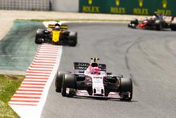 Эстебан Окон, Sahara Force India F1 VJM10, и Нико Хюлькенберг, Renault Sport F1 RS17