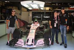 Гонщики Sahara Force India F1 Серхио Перес и Эстебан Окон с гостем команды