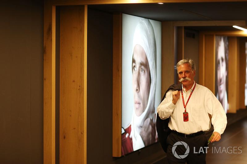 Чейз Кері, голова групи Формули 1, біля портрету Айртона Сенни