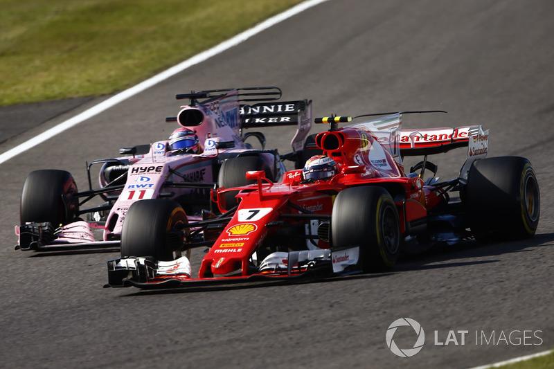 Kimi Raikkonen, Ferrari SF70H, supera Sergio Perez, Sahara Force India F1 VJM10