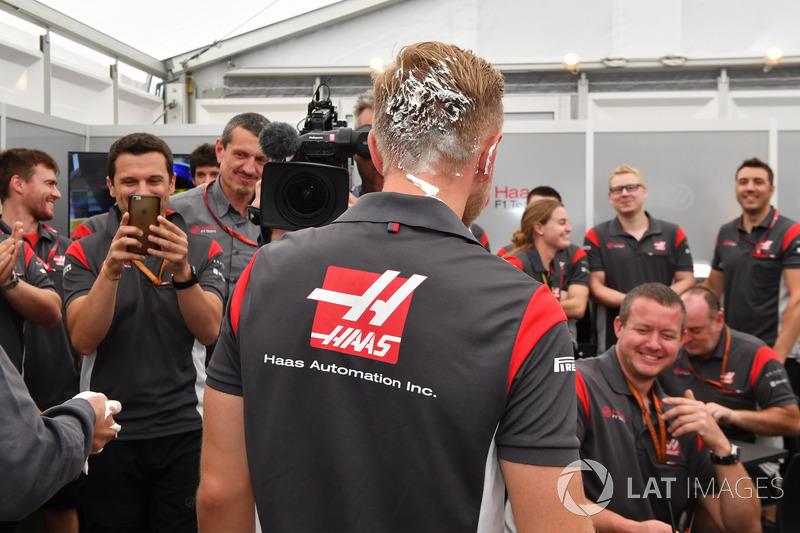 Kevin Magnussen, Haas F1 Team, Birthday cake in his hair