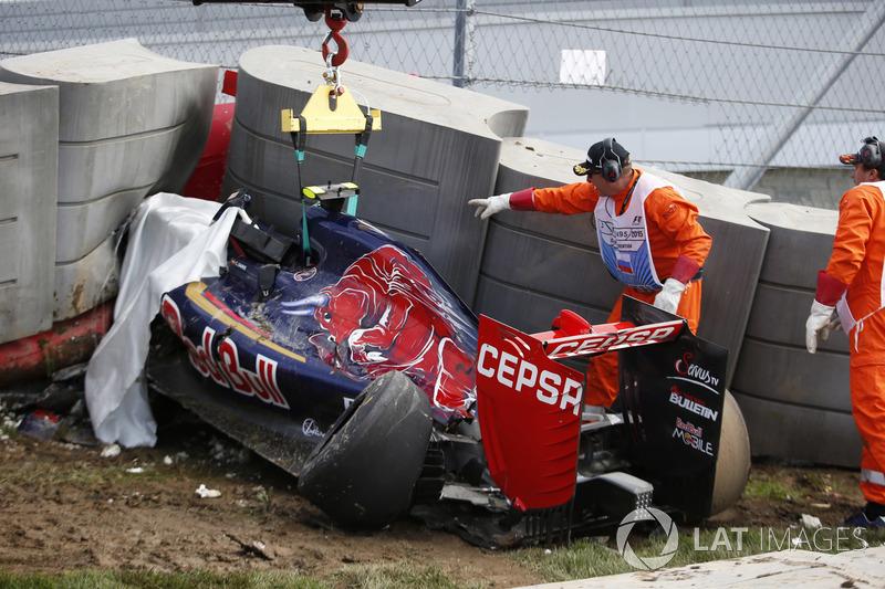 Сайнс вылетел с трассы в 13-м повороте, и его Toro Rosso на высокой скорости врезалась в барьер
