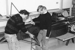 Gary Anderson (à gauche) pendant l'assemblage de la Jordan 191