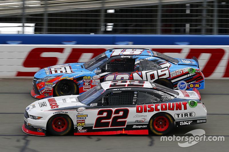 Joey Logano, Team Penske Ford y Kyle Busch, Joe Gibbs Racing Toyota