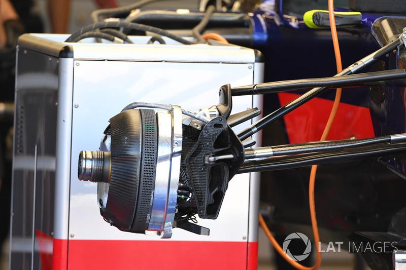 Scuderia Toro Rosso STR12, detalle del neumático y del freno delantero