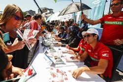Lucas di Grassi, ABT Schaeffler Audi Sport, firma autógrafos para los fans