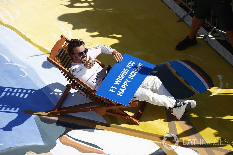 Fernando Alonso, McLaren, desea a todos unas felices vacaciones después de la carrera