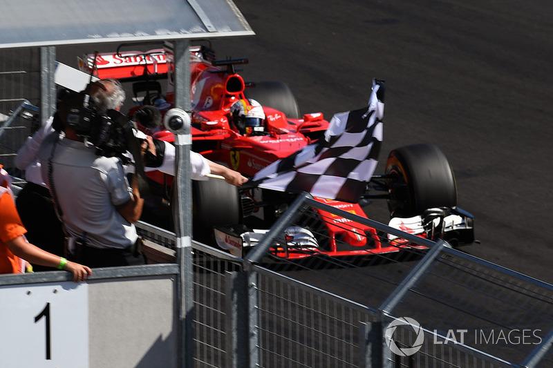 Ganador de la carrera Sebastian Vettel, Ferrari SF70-H con la bandera a cuadros