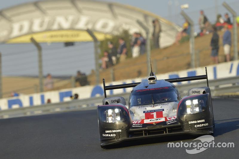 Jam ke-20: Pemimpin balapan, Andre Lotterer di mobil Porsche #1 mengalami masalah tekanan oli dan tersingkir