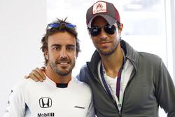 Fernando Alonso, McLaren avec le chanteur Enrique Iglesias