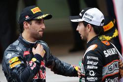 (Зліва направо): Даніель Ріккардо, Red Bull Racing з Серхіо Пересом, Sahara Force India F1 на подіумі
