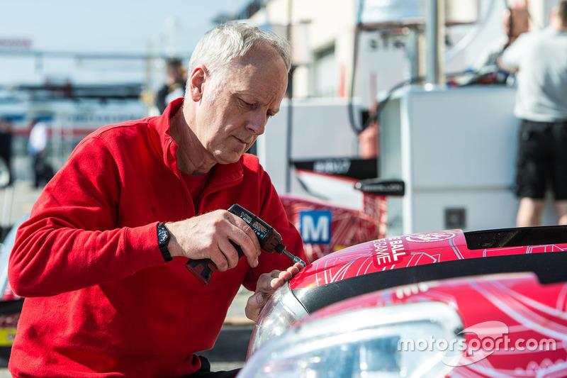 Mechaniker von Rebellion Racing bei der Arbeit