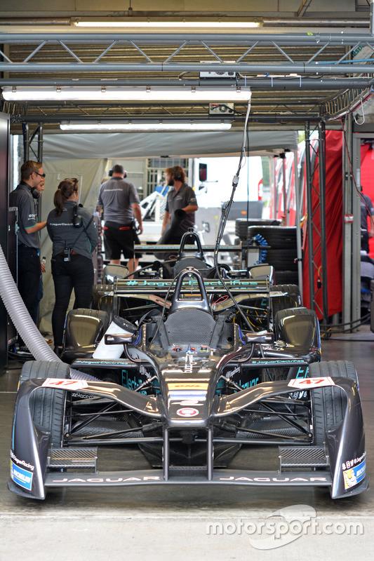 Area garage della Jaguar Racing