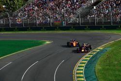 Max Verstappen, Red Bull Racing RB14 Fernando Alonso, McLaren MCL33