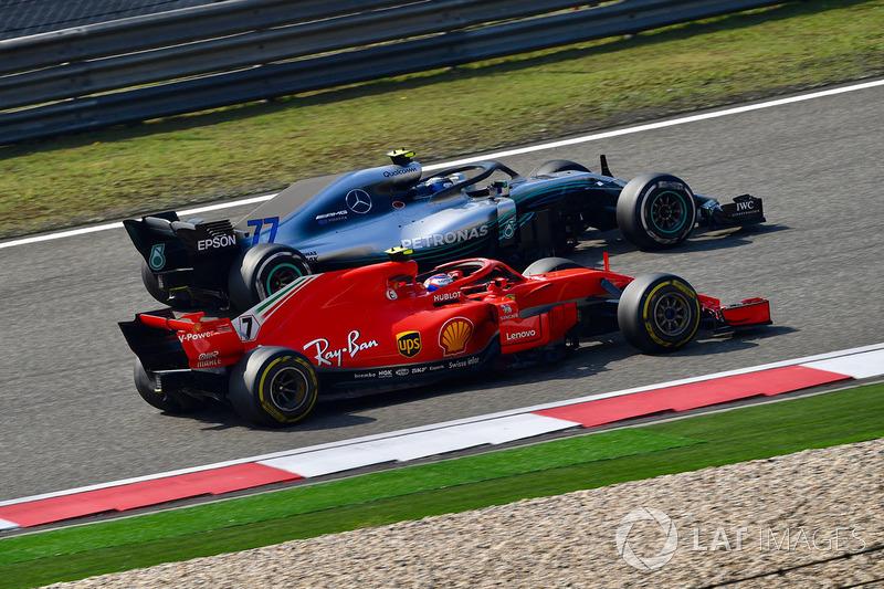 Kimi Raikkonen, Ferrari SF71H et Valtteri Bottas, Mercedes-AMG F1 W09 EQ Power+ en bataille