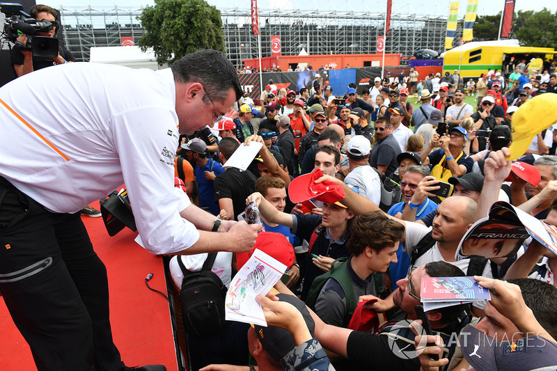 Eric Boullier, McLaren Racing Director, memberikan tanda tangannya