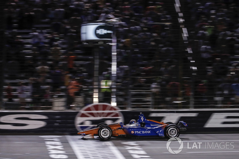 Scott Dixon, Chip Ganassi Racing Honda, prende la bandiera a scacchi