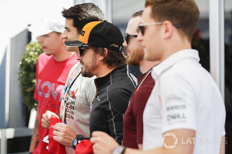 Fernando Alonso, McLaren, Stoffel Vandoorne, McLaren, and the McLaren team meet players from the Mon