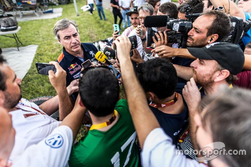 Sainz niega su culpa y Peugeot y él se defienden