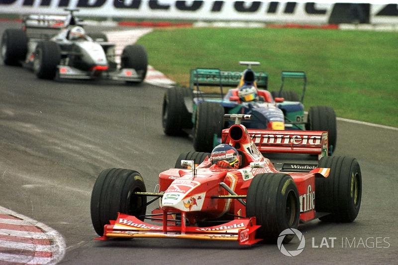 Жак Вільньов (Williams) попереду Жана Алезі (Sauber,) і Девіда Култхарда (McLaren)