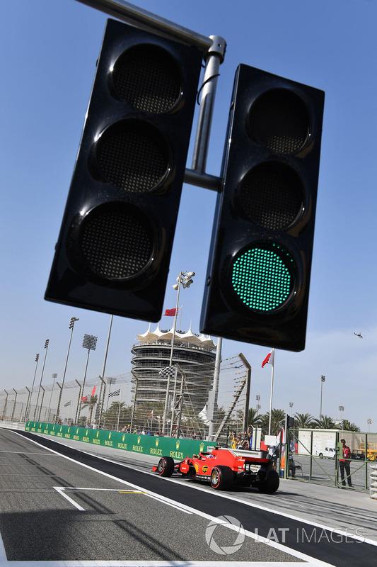 Kimi Raikkonen, Ferrari SF71H and pit lane lights
