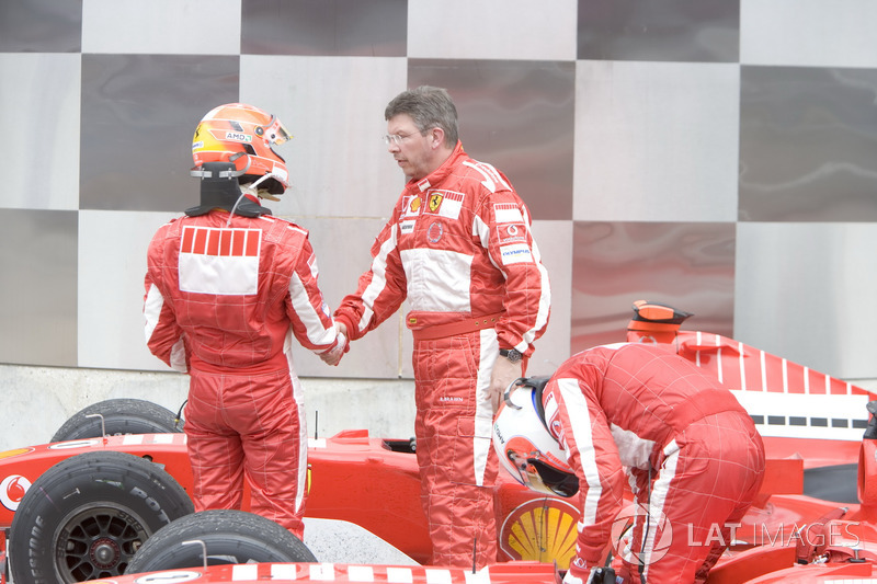 Показательная реакция команд на результаты гонки: в Ferrari отлично понимали цену этого успеха и потому поздравляли друг друга максимально сдержанно
