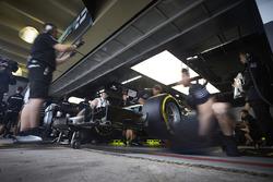 Gli ingegneri si preparano a mandare fuori Lewis Hamilton, Mercedes AMG F1 W08, per il suo primo giro in Q1
