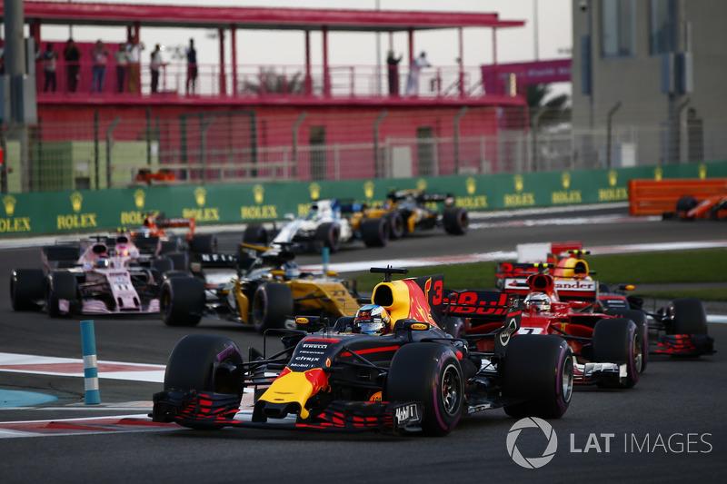 Daniel Ricciardo, Red Bull Racing RB13, Kimi Raikkonen, Ferrari SF70H, Max Verstappen, Red Bull Racing RB13, Nico Hulkenberg, Renault Sport F1 Team RS17 at the start