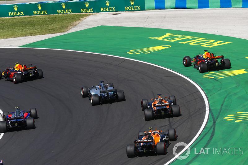 Daniel Ricciardo, Red Bull Racing RB13, sale de la pista tras el contacto de Max Verstappen, Red Bull Racing RB13
