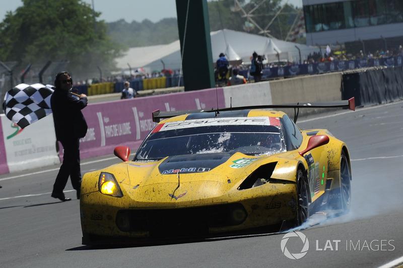"""Semangat Le Mans: Corvette #63 - Magnussen/Garcia/Taylor finis urutan ketiga GTE Pro dengan bekas """"luka pertempuran"""""""