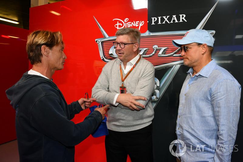 Ross Brawn, Formula One Director de Motorsports, Woody Harrelson, Actor en el garaje de cars 3