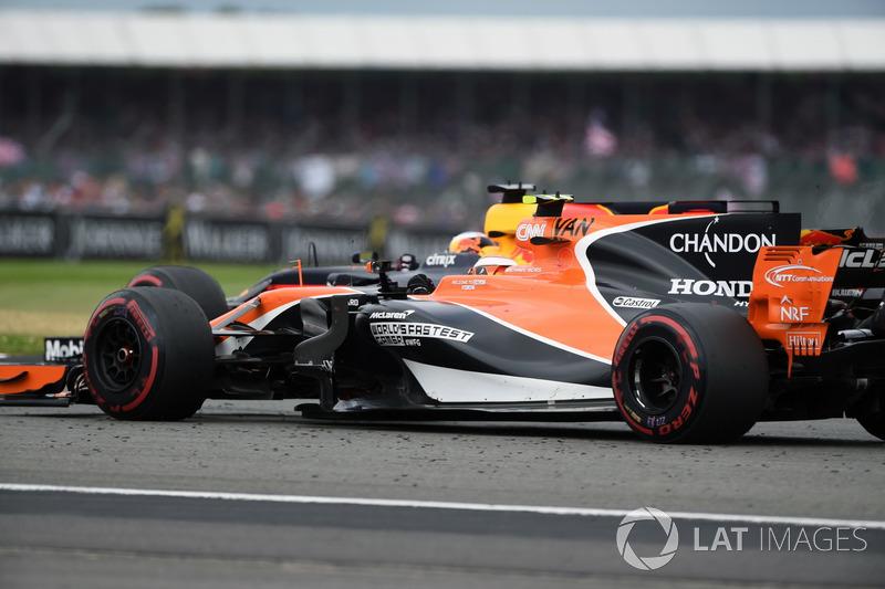 Stoffel Vandoorne, McLaren MCL32 e Daniel Ricciardo, Red Bull Racing RB13 in lotta