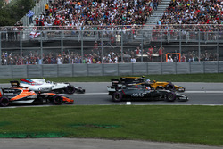 Romain Grosjean, Haas F1 Team VF-17, Jolyon Palmer, Renault Sport F1 Team RS17, Stoffel Vandoorne, McLaren MCL32 and Lewis Hamilton, Mercedes-Benz F1 W08  at the start of the race