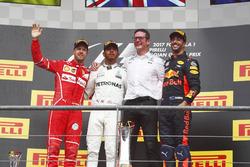 Переможець Льюіс Хемілтон, Mercedes AMG, другий - Себастьян Феттель, Ferrari, третій - Даніель Ріккардо, Red Bull Racing, головний інженер Mercedes AMG Ендрю Шовлін
