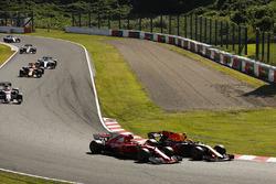 Daniel Ricciardo, Red Bull Racing RB13, supera Sebastian Vettel, Ferrari SF70H, alla partenza