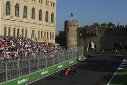 Stoffel Vandoorne, McLaren MCL32, Valtteri Bottas, Mercedes AMG F1 W08