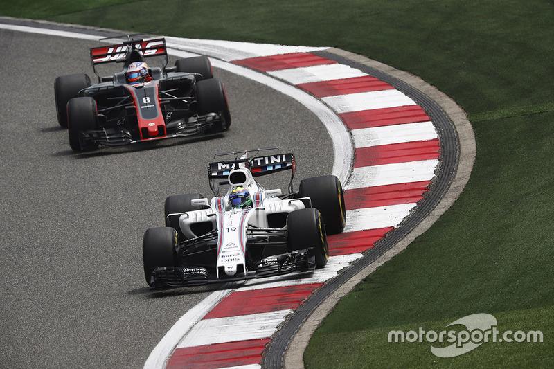 Felipe Massa, Williams FW40, vor Romain Grosjean, Haas F1 Team VF-17