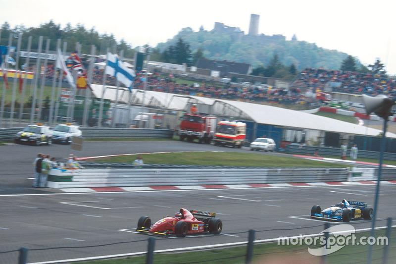 Jean Alesi, Ferrari 412T2 lidera a Michael Schumacher, Benetton B195