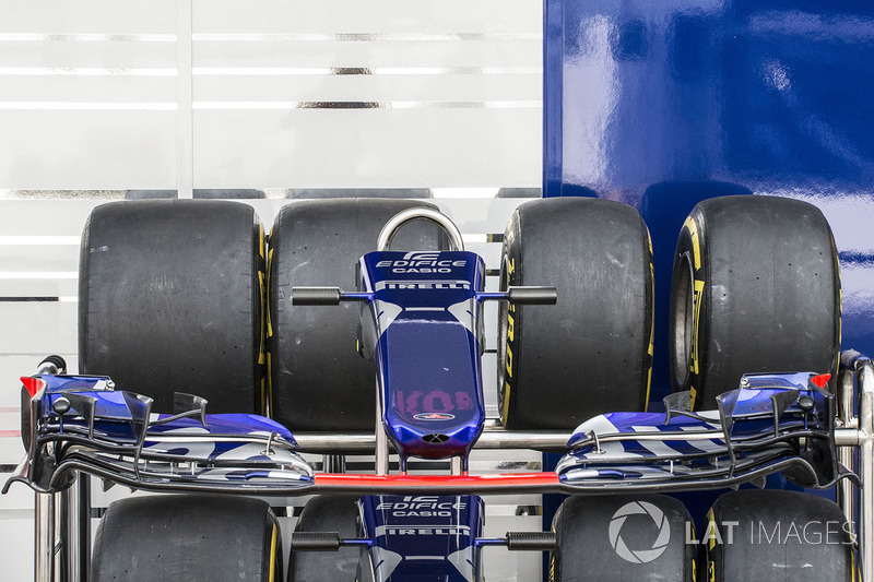 Scuderia Toro Rosso STR12 burun ve ön kanat